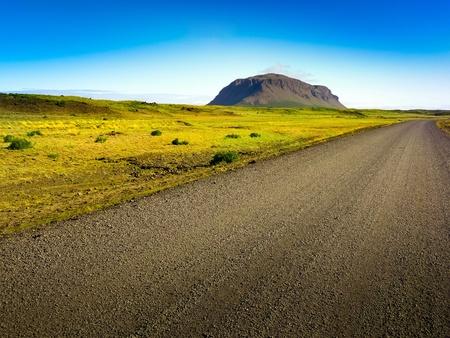 transporte terrestre: Un largo camino sucia en el pa�s desierto verde Foto de archivo