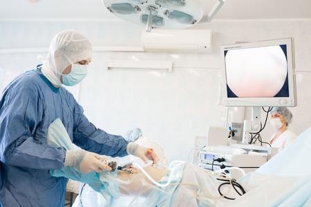 병원에서 어려운 작업을하고 일부 외과 의사