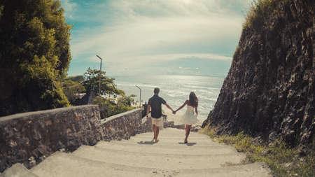 bajando escaleras: elegante amor romántico pareja completa bajando la calle de la antigua ciudad, el mar Mediterráneo, las montañas Foto de archivo