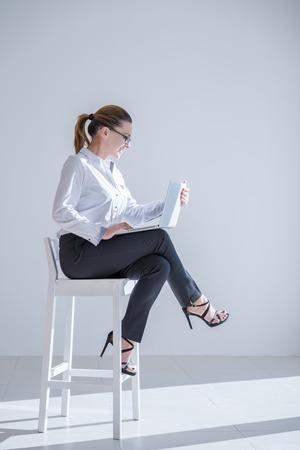 オフィスにデジタル タブレットで成熟した実業家 写真素材