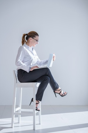 Mature Businesswoman with Digital Tablet in Office Banque d'images