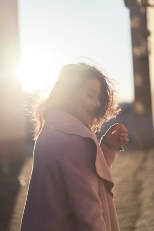 Beautiful young woman in the sunlight Stockfoto