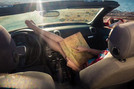 girl sitting in the cabriolet car looking map Banque d'images