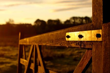 Puerta de granja de madera en la salida del sol Foto de archivo