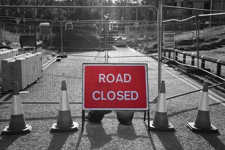 Weg gesloten teken in wegenwerken met selectieve kleur Stockfoto