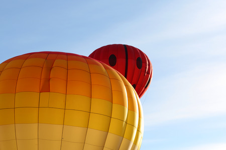 Hot air balloons taking off against an early morning blue sky Banque d'images