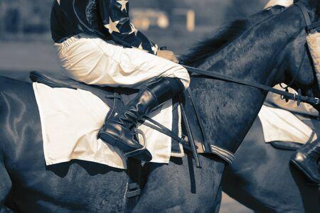 Pferderennen Jockeys reiten Pferde, die sich auf den Start eines Rennens vorbereiten. Mit Farbton Standard-Bild
