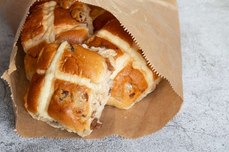 Hot cross buns in a brown paper bag. Recycling environmentally friendly packaging concept Stockfoto