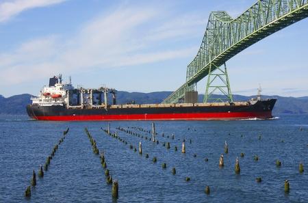 Cargocargo ship & the Astoria bridge  Imagens