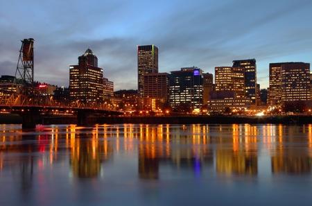 Portland Oregon horizonte al atardecer.