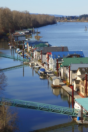 lak�hely: Residency on the river.