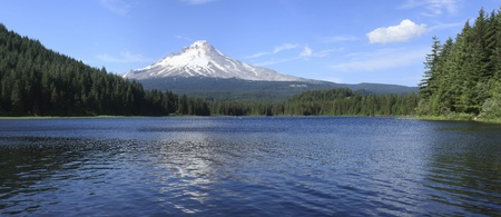 A panorama of Trillium lake and Mt. Hood wilderness, Oregon. 版權商用圖片