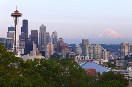 seattle: Horizonte de Seattle en la puesta del sol y el Monte Rainier Foto de archivo
