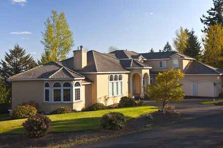 Residential mansion in Clackamas Oregon secluded surrounded with trees Imagens - 27466490