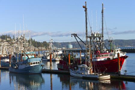 poleas: Barco de pesca atracado en Newport Oregon. Editorial