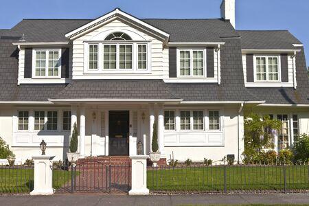 puertas de hierro: Casas residenciales en las colinas al oeste en Portland Oregon. Editorial