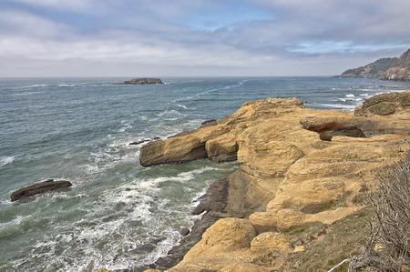 오 레 곤 코스트 자연 절벽과 태평양입니다.