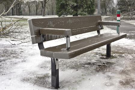 Panca congelati e paesaggio ghiacciato in un parco pubblico dello stato dell'Oregon. Archivio Fotografico - 67206964
