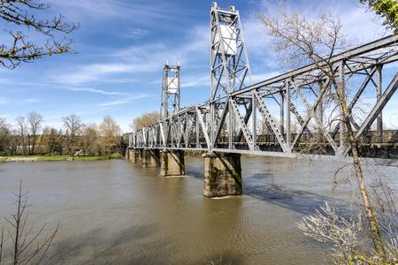 empedrado: Río que cruza el puente peatonal en Salem Oregon.