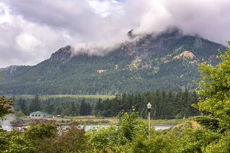 High mountain and clouds in the Columbia River Gorge Oregon. Imagens