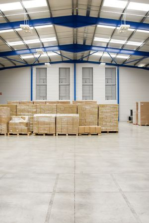 warehouse interior: Pallet con scatoloni In magazzino interno