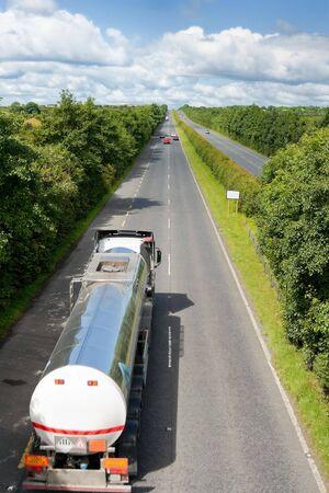 autobotte: Camion con serbatoio del carburante in autostrada Archivio Fotografico