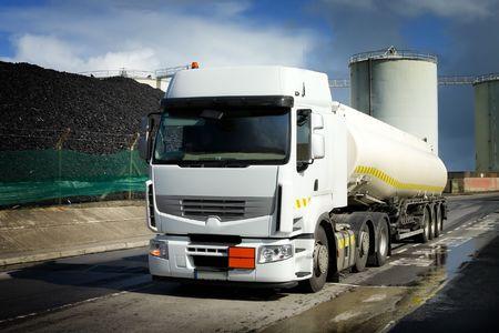 barco petrolero: Cami�n con tanque de combustible