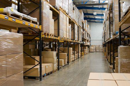 industrielle Warehouse-Interieur mit Regalen und Paletten mit Kartons