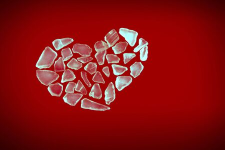 corazon cristal: forma de coraz�n de cristal roto sobre fondo rojo Foto de archivo