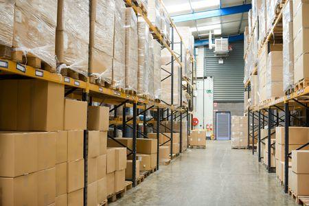 warehouse interior: capannone industriale interni con mensole e pallet con cartoni  Archivio Fotografico