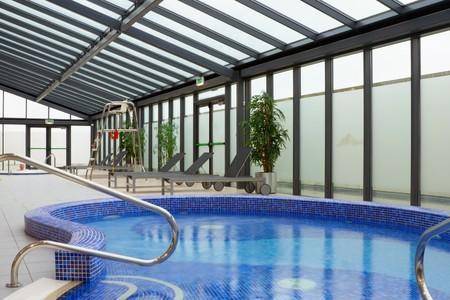salud publica: piscina de hidromasaje con agua en el interior de centro de ocio de hotel