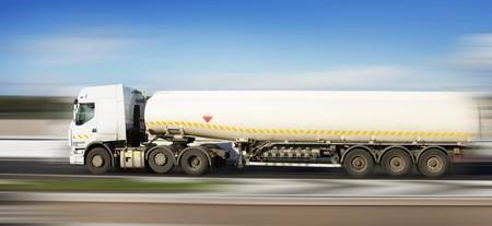 autobotte: camion di carburante in moto su strada e sfondo sfocato Archivio Fotografico