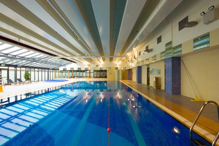 salud publica: piscina en el interior de centro de ocio de hotel