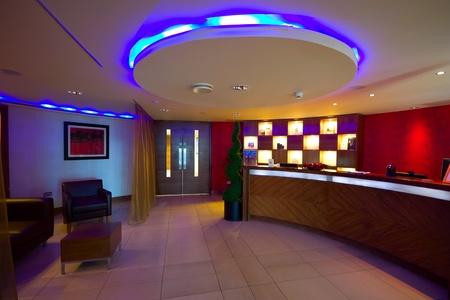 recepcion: SPA interior de recepci�n con escritorio y lightig multicolor en Hotel