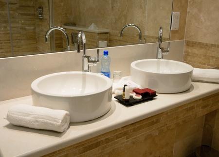 bad fliesen: Modernes Badezimmer-Interieur, Marmor Waschbecken und tippen Sie auf