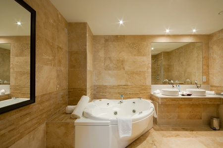 pavimento gres: Arredamento bagno moderno con mattonelle di marmo e specchio