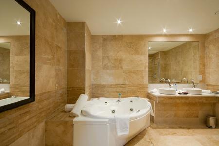 bad fliesen: Modern Bathroom Interior mit Marmorfliesen und Spiegel Lizenzfreie Bilder