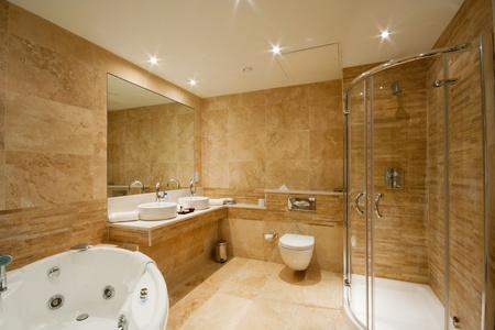 piastrelle bagno: Arredamento bagno moderno con mattonelle di marmo e specchio