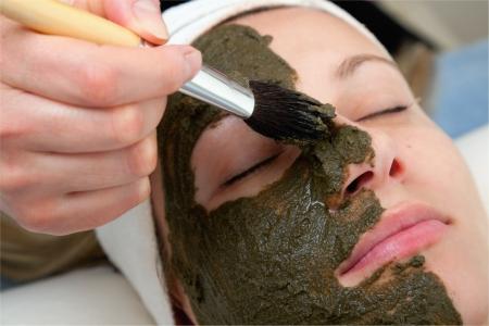 masked woman: m�scara de belleza de algas aplicando cosmet�loga Foto de archivo