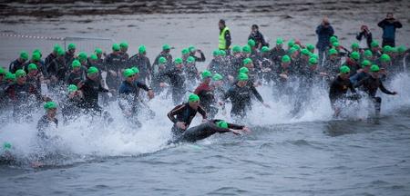 GALWAY - 4 de septiembre: Los atletas comienzan en la primera edición del Triathlon del hombre del hierro de Galway el 4 de septiembre de 2011 en Galway, Irlanda Foto de archivo - 10559260