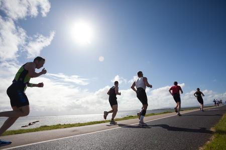 concurrencer: Galway, Irlande - 4 septembre: les athl�tes Non identifi�s participer aux premi�re �dition du Triathlon Galway Iron Man le 4 Septembre 2011, � Galway, Irlande
