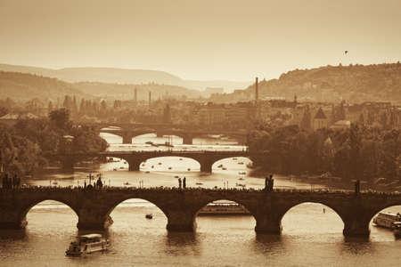 teatro antiguo: Ver en el Puente de Carlos y el río Vltava en Praga, el otoño