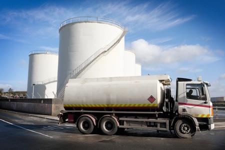 camión cisterna: Camión con tanque de combustible y el sitio de almacenamiento industrial