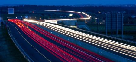 trails of lights: Autostrada occupato di notte con percorsi per auto luci Archivio Fotografico