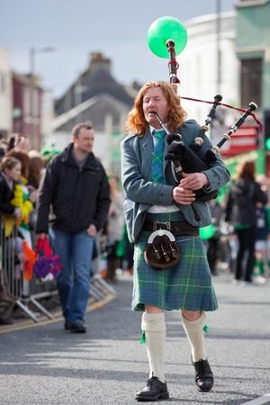 gaita: Galway, Irlanda - 17 de marzo: m�sico de gaita no identificada act�a en el desfile anual del D�a de San Patricio en el tradicional 17 de marzo 2012
