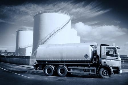 camión cisterna: Camión con tanque de combustible y el sitio de almacenamiento industrial, monocromática Foto de archivo