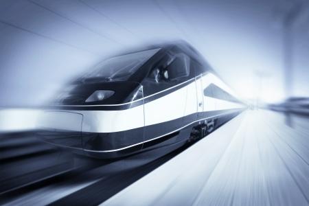 transporte: Tren de alta velocidad entre ciudades modernas con el desenfoque de movimiento, resumen