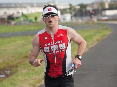 breen: Galway, Irlanda - 2 settembre: Atleta Mark Breen (455) in concorso al corso di esecuzione, durante la 2 ^ Edizione del Ironman 70.3 Galway 2012 Triathlon, il 2 settembre 2012 a Galway, in Irlanda.