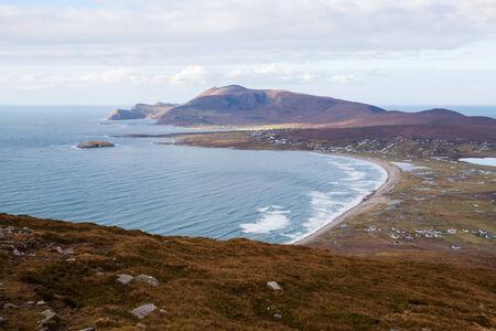 kiel: Bekijk op Keel en Slievemore berg van Minaun, Achill eiland. Stockfoto
