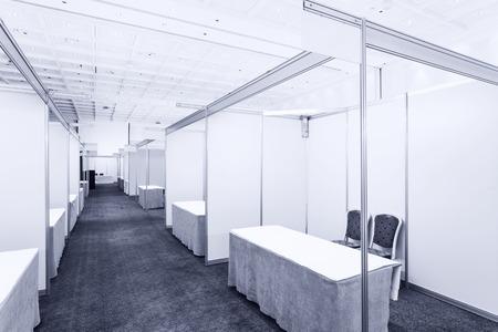 comercio: Feria comercial interior con stand y mesas